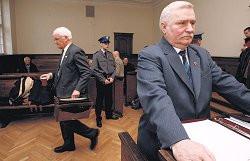 Zeznania Wyszkowskiego (na zdjęciu z teczką) zdenerwowały Wałęsę
