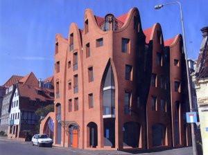 Widok hotelu z głębi ul. Grodzkiej. Prezentowany projekt zostanie jeszcze w niewielkim stopniu zmodyfikowany, jednak jego główne założenia zostały już zaakceptowane przez wojewódzkiego konserwatora zabytków.