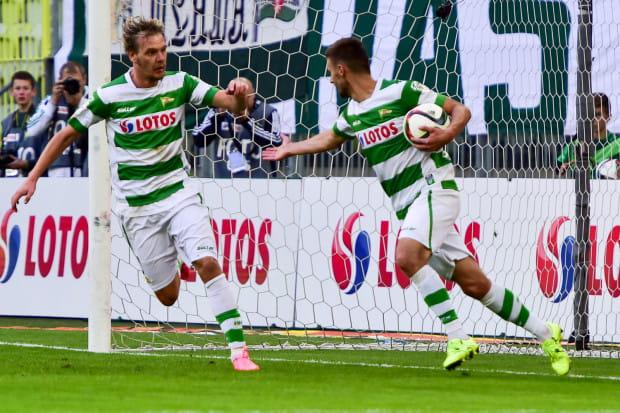 Grzegorz Kuświk (z piłką) po wyrównującym golu przyjmuje gratulacje od Milosa Krasicia, który zaliczył asystę.