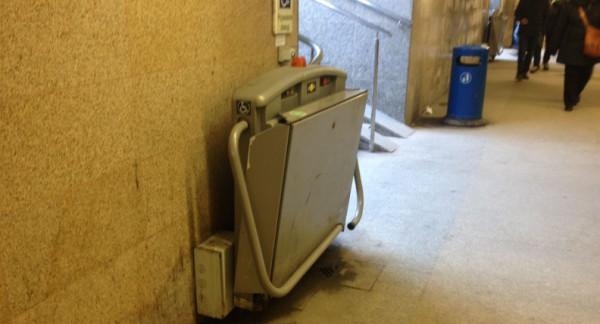 Rampa przyschodowa to jedyne udogodnienie dla osób niepełnosprawnych na przystanku tramwajowym Dworzec Główny.