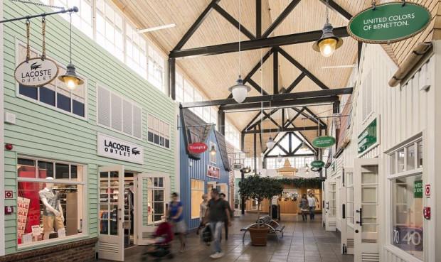 Fashion Outlet Center urządzone jest w stylu skandynawskim. Nawiązuje do zabudowy, znanej choćby ze szwedzkiej Karlskrony.