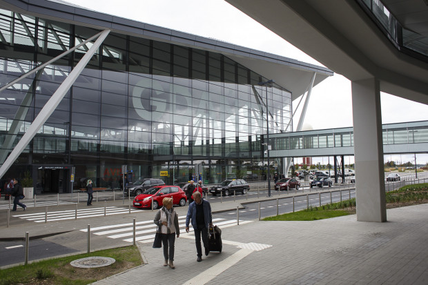 Parking kiss & fly przed terminalem na lotnisku w Gdańsku.