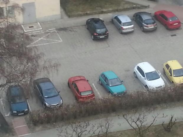Jeśli przed blokiem starcza miejsc parkingowych dla wszystkich, to nie ma problemu. Ten zaczyna się, gdy z sąsiadami rywalizuje się o placyk dla samochodu.