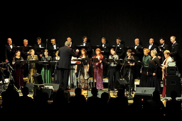 Kiedy się poznali, oboje byli chórzystami. Dziś Jan Łukaszewski pełni funkcję dyrektora artystycznego Polskiego Chóru Kameralnego, a jego żona Wiesława nieprzerwanie od 37 lat śpiewa sopranem.