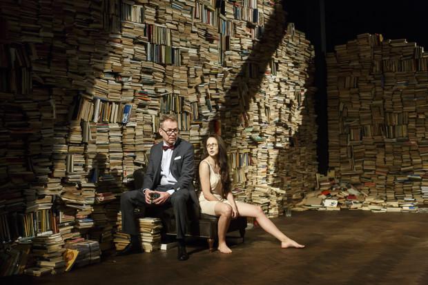 """""""Kto się boi Virginii Woolf?"""" Teatru Wybrzeże to gęsty, pełen przemocy i brutalności seans okrucieństwa, rozgrywany w klaustrofobicznej klatce pełnej książek."""