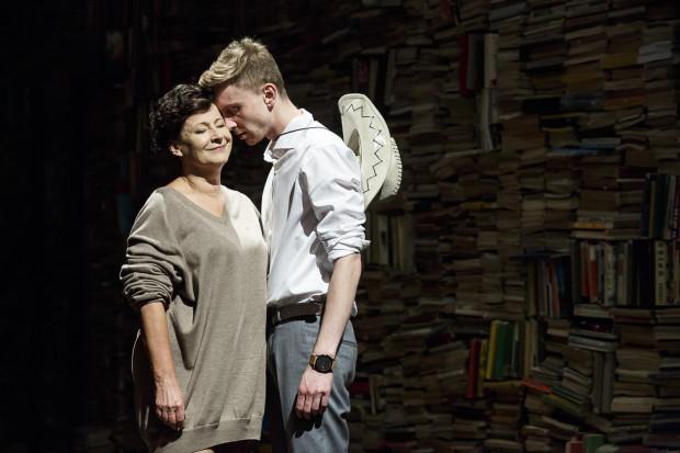 Marta (Dorota Kolak) ciągle prowokuje męża, wykorzystując do tego Nicka (Piotr Biedroń). Ten z kolei bardzo poważnie rozumie stwierdzenie George'a, że dopóki nie zacznie posuwać żon profesorów, nic nie będzie znaczył.