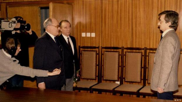 Polski agent Jerzy Kaczmarek na spotkaniu w ambasadzie Polski w Berlinie Wschodnim. Wkrótce po uwolnieniu, luty 1986 r.