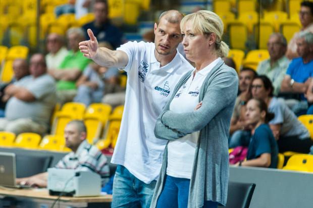 Katarzyna Dydek i jej asystent Tomasz Cielebąk mieli po pierwszej kwarcie wiele problemów. Udało się z nich wyjść do końca meczu ze Ślęzą, ale niestety to nie przyniosło zwycięstwa.