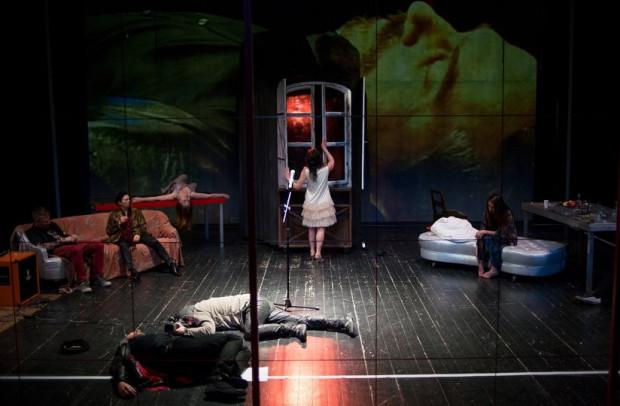 """Po ubiegłorocznej """"Wycince"""" po raz drugi z rzędu na Wybrzeże Sztuki przyjeżdża spektakl Krystiana Lupy. Tym razem jest to rekonstrukcja jego przedstawienia z 1993 roku - """"Maciej Korbowa i Bellatrix"""", przedstawienie prezentowane będzie 9 listopada w Malarni Teatru Wybrzeże."""