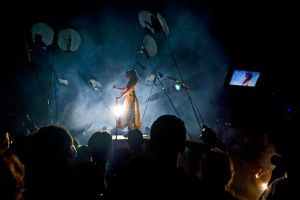 """Na finał festiwalu zaprezentowano potężną inscenizację teatru Artristras - """"Pandorę"""". W spektaklu użyto ruchome platformy, na których między widzami poruszali się bohaterowie, m.in. Pandora (na zdjęciu)."""