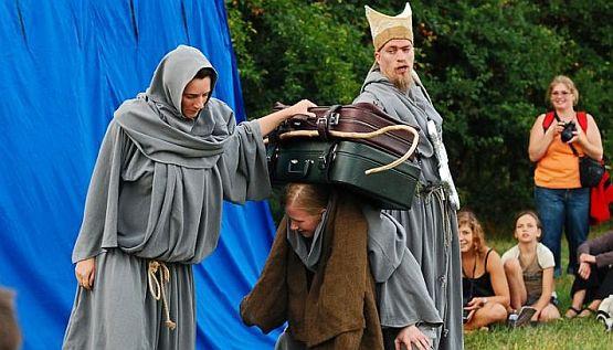 """""""Saints & Fools"""", czyli święci i głupcy to zabawna, choć nieco hermetyczna opowieść Teatru Weak o chrystianizacji Szwecji, prowadzonej przez biskupa Zygfryda."""
