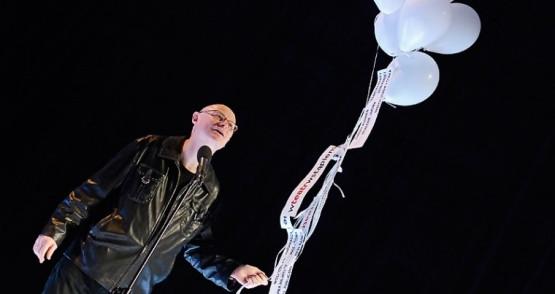 Adam Orzechowski, dyrektor Tetru Wybrzeże z balonami symbolizującymi ducha teatru.