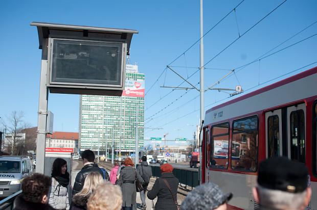 Początkowo zainstalowane tablice budziły duże wątpliwości pasażerów. W słoneczne dni były nieczytelne i źle ustawione. Niedawno ekrany zostały wymienione, ale mimo to nie zawsze działają jak należy.