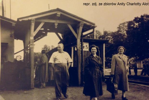 Bruno, Anita i jej teściowa na stacji kolejowej w Oruni. Zdjęcie powojenne.