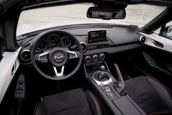 Wnętrze jest ciasne, ale MX-5 nie kupuje się przecież dla przestronnej kabiny.