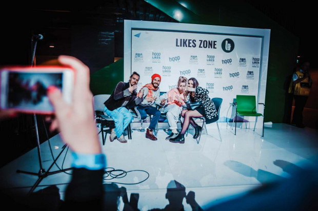 Likes Zone, czyli ścianka, przy której można było sfotografować się z internetowymi celebrytami. Do niektórych w kolejce czekało się kilkanaście minut.