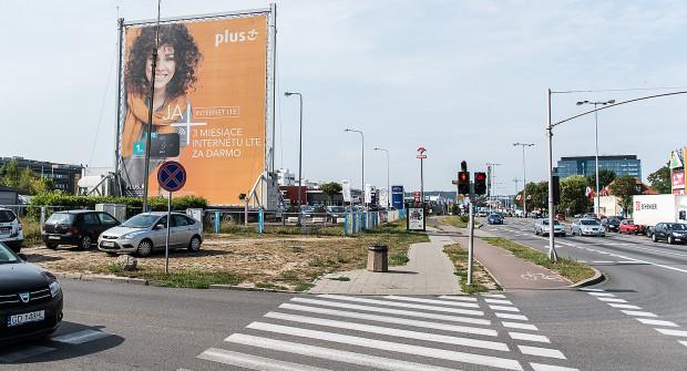 Reklama na naczepie, na prywatnym terenie w Oliwie. Obowiązujące przepisy właściwie nie pozwalały na jej likwidacje w krótkim czasie.