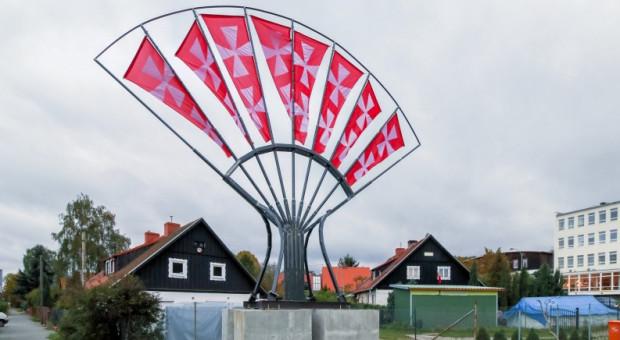 Wachlarz na granicy Gdańska i Sopotu był przykładem nietypowej i skutecznej walki z nielegalną reklamą. Przy zastosowaniu standardowych procedur prawnych, pewnie do teraz stałby tutaj wielki baner.