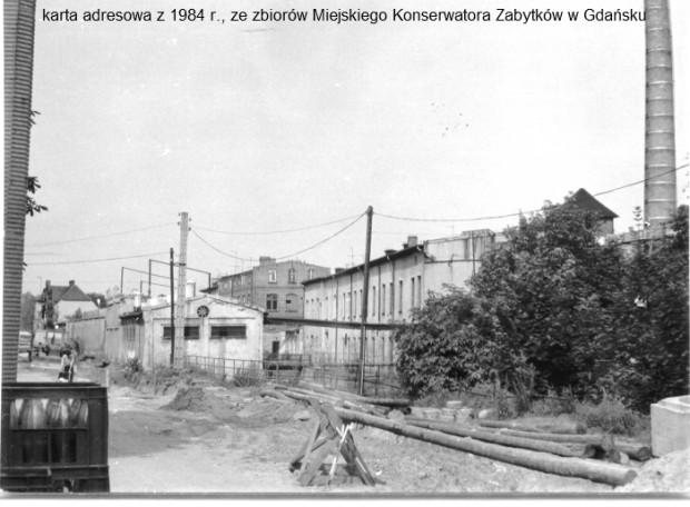 """Budynki """"Śnieżki"""" widziane od strony ul. Raduńskiej. Zdjęcie wykonano w 1984 r."""