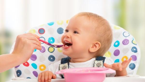 Kiedy wprowadzić do diety dziecka produkty stałe, a kiedy gluten? Żeby uniknąć błędów, warto zapoznać się z zaleceniami Towarzystwa Gastroenterologii, Hepatologii i Żywienia Dzieci.