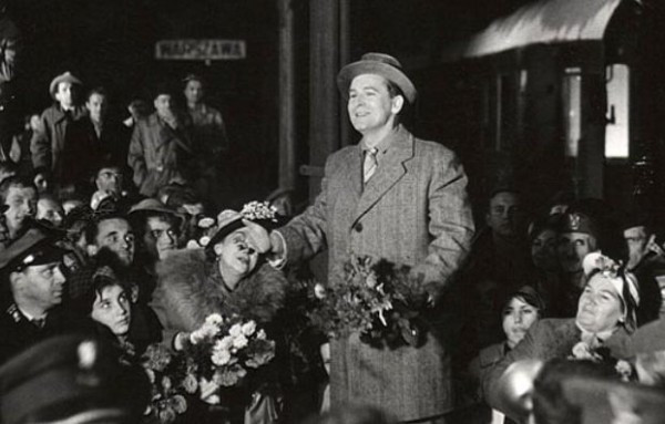 """Jan Kusiewicz rolą śpiewaka w filmie """"Pamiętnik pani Hanki"""" z 1963 r. zyskał ogromną popularność."""
