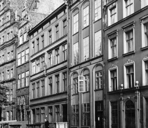 Ul. Chlebnicka na początku XX wieku. Trzecia po prawej kamienica to budynek, który wzniesiono w miejsce Domu Schlieffów.