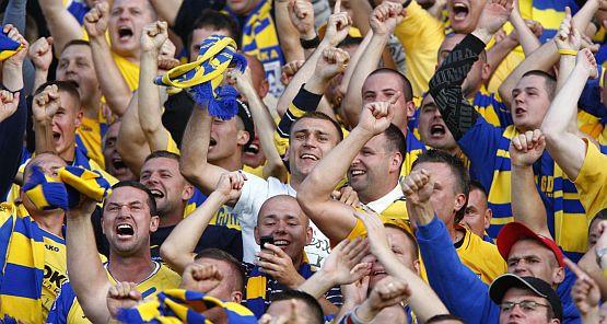 """Już niebawem na trybunach większości gdyńskich drużyn mają zasiąść kibice w żółto-niebieskich barwach i śpiewać klubową rotę """"Arkowcy, Wielki MZKS""""!"""