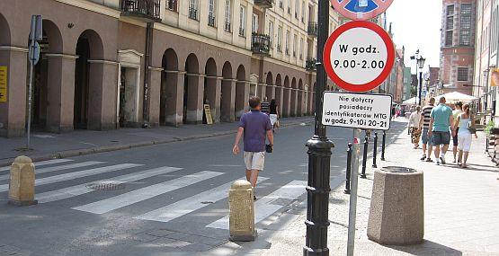 Większość pieszych nie wie, że ul. Kołodziejska jest deptakiem i wciąż korzysta wyłącznie z chodnika.