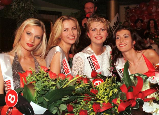 Laureatki konkursu Dziewczyna Roku Wieczoru Wybrzeża. Od lewej: Marietta Wołosik (III), Urszula Grządzielska (II), Alina Jażdżewska (Dziewczyna Czytelnika) i Agnieszka Harla (I). W tle Tadeusz Drozda. Zdjęcie z 1998 roku.
