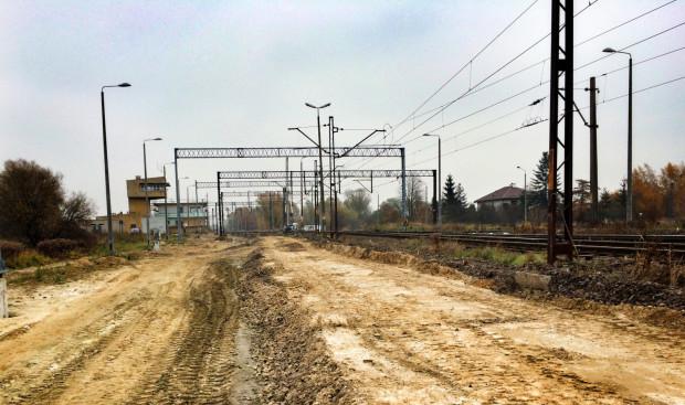Zlikwidowano dwa tory kolejowe na Olszynce. Niebawem w tym miejscu pojawi się torowisko z nową nawierzchnią. W oddali znajduje się lokalne centrum sterowania.