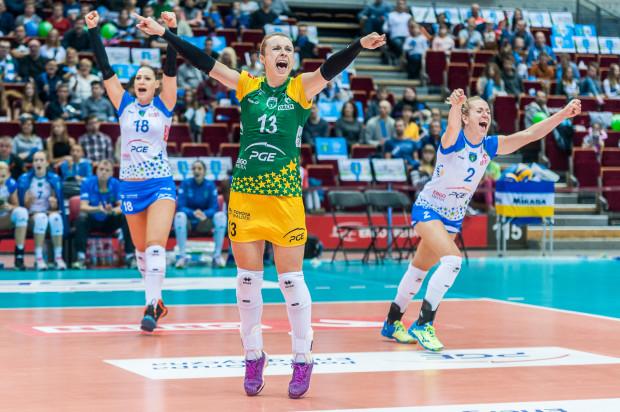 Agata Durajczyk (nr 13) zagrała we Wrocławiu jeden z najlepszych meczów w barwach PGE Atomu Trefla. W ważnych momentach nie zawiodły również Maret Balkestein-Grothues (nr 2) i MVP spotkania Katarzyna Zaroślińska (nr 18).