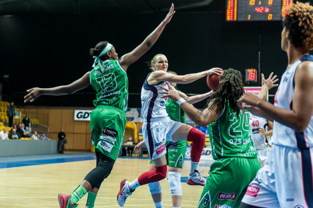 To między innymi 11 punktów zdobytych w drugiej połowie przez Agnieszkę Bibrzycką dało Basketowi pewne zwycięstwo nad Pszczółką. Skrzydłowa zanotowała także 5 asyst, czym wyrównała swój rekord sezonu.