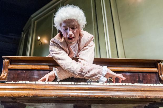 """Choć sam tytuł wskazywałby na to, że głównym bohaterem najnowszej premiery Teatru Miejskiego - """"Amadeusz"""" - będzie słynny klasyk wiedeński, to w praktyce tak nie jest. Jednak Maciej Wizner bardzo dobrze radzi sobie z trudną rolą ekscentrycznego geniusza."""