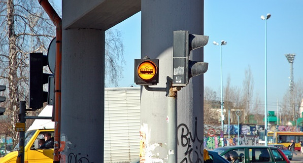 Sygnalizator ostrzegawczy na przejściu przez tory tramwajowe w Łodzi. Miga w momencie, gdy zbliża się do niego tramwaj, wyłączony jest gdy nie ma tramwaju w pobliżu.