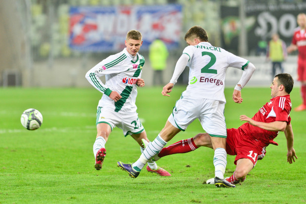 Paweł Dawidowicz (z prawej) nie zagra ponownie w Lechii wspólnie z Rafałem Janickim. Gdański klub, aby wzmocnić defensywę, musi szukać innego piłkarza.