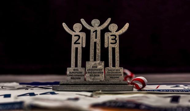 """Pamiątkowe trofeum PKO Grand Prix Gdyni 2015 zbudowane z czterech medali """"puzzli""""."""