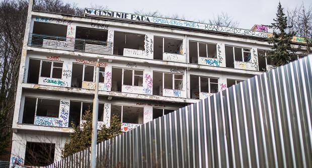 Budynek sanatorium jest od kilku miesięcy ogrodzony i gotowy do rozbiórki. Jednak ciągle zmieniają się jego właściciele, a sama nieruchomość ma hipotekę obciążoną na ponad 8 mln zł.