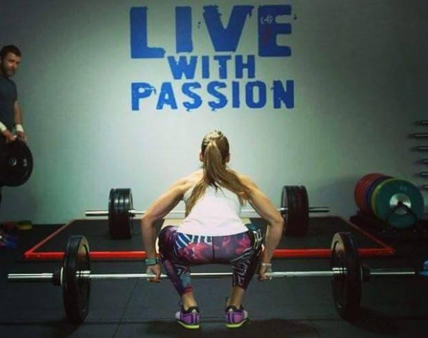 """Magda Spica jest trenerką personalną. Z powodzeniem startuje na zawodach crossfit, choć na dietę wegańską przeszła jeszcze zanim na stałe """"wprowadziła"""" się do siłowni."""
