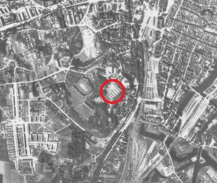 Zdjęcie lotnicze Gdańska z listopada 1944 r. z Biskupią Górką i widocznymi barakami obozu jenieckiego (kopia w zbiorach prywatnych)