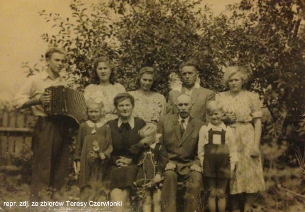 Od lewej stoją Anton, Teresa, Helena i jej mąż Franz. Siedzą rodzice: Łucja i Leon Littwin. Fotografia z drugiej połowy lat 40. ub. wieku.