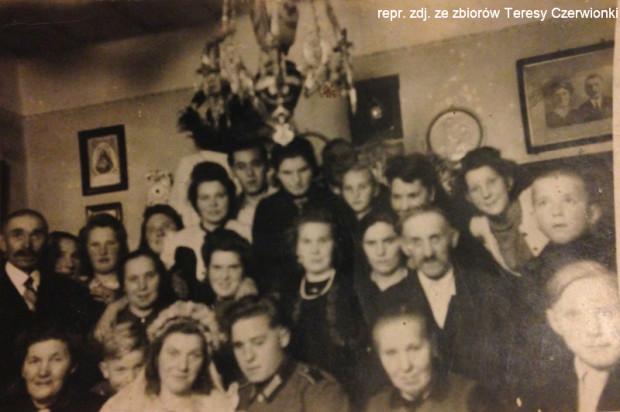 Goście weselni świętujący ślub Heleny (najstarsza siostra) i Franza. Zdjęcie wykonano w czasie wojny w domu rodziny Littwin.