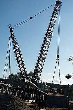 Gigantyczny żuraw od środowego popołudnia podwieszał kładkę nad Drogą Różową i torami kolejowymi.