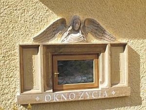 """""""Okno życia""""  matka może otworzyć z zewnątrz. Zamontowane jest tam ogrzewanie oraz wentylacja. Po otwarciu okna uruchamiana jest sygnalizacja, która dyskretnie i bezpiecznie wzywa znajdujące się w pobliżu siostry zakonne."""