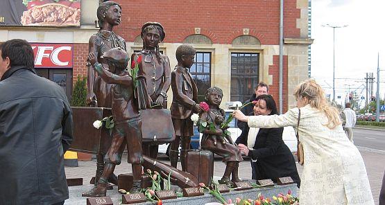 Pomnik Kindertransportów przedstawia dzieci żydowskie ocalone przed zagładą.
