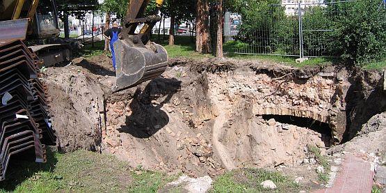 """W wykopie, w którym powstanie kolektor ściekowy znaleziono ruiny najprawdopodobniej dawnej loży masońskiej """"Eugenia""""."""
