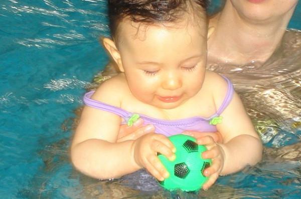 Jedną ze szkół pływackich zajmujących się nauką dla niemowląt jest Dzidziuś, który znajdziemy m.in. na basenie w Alchemii.