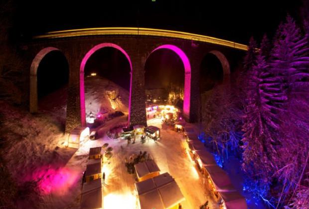 Czarny Las w Niemczech, jeden z jarmarków odbywa się w dolinie, pod dużym mostem.