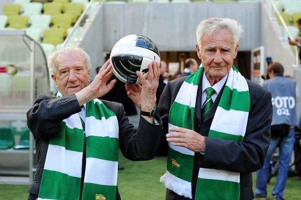 Roman Korynt (z prawej) został wygrany najlepszym piłkarzem Wybrzeża 50-lecia, a Roman Rogocz (z lewej) triumfował w plebiscycie na najlepszego piłkarza 60-lecia Lechii. Kto zwyciężyły w elekcji z okazji 70-lecia klubu?