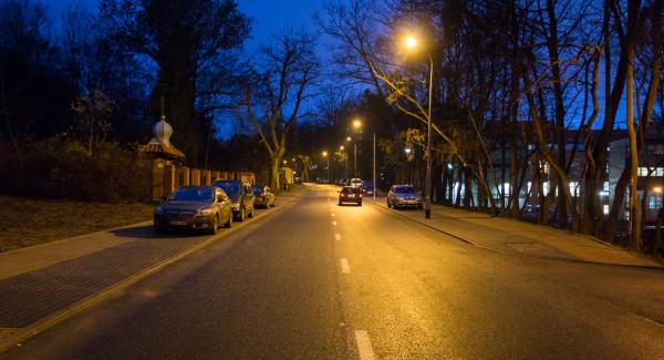 Ulica Traugutta na odcinku, gdzie miałby powstać tramwaj w koncepcji PG. Po prawej widoczne budynki kampusu PG.