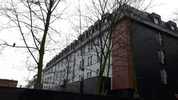 Hotel Sadova ma gotową niemal całą elewację. Obecnie wewnątrz obiektu prowadzone są prace wykończeniowe.